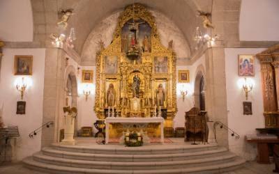 Apertura de la iglesia y sonido de las campanas